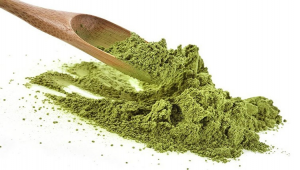 green kratom powder with spoon